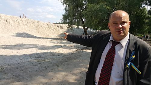На фото Гладчук показує скільки вкрали у держави піску Король з Бобриці і його спільники