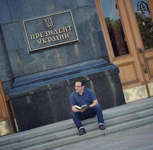 #Березюк з партії «Самопоміч» оголосив голодування та ночуватиме на Банковій через сміття у Львові. Фото