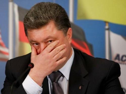 В Чернігові #Порошенко пройшов крізь натовп бойовиків «НаціАнального корпусу», всупереч заборони Держохорони. Відео