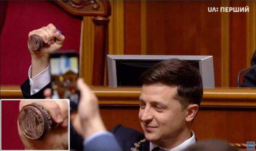 #Зеленский перевернув герб України догори ногами, також на інавгурації були державні прапори перевернуті. 3 фото